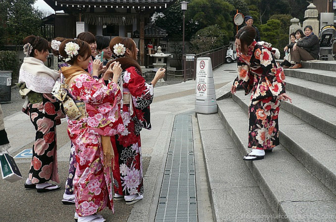 Friends in kimonos taking cell phone photos at Kiyomizu-dera